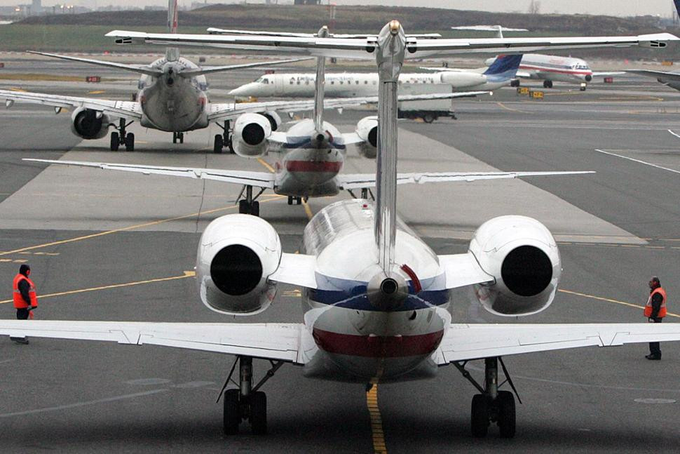 Aviones en rampa de salida del aeropuerto