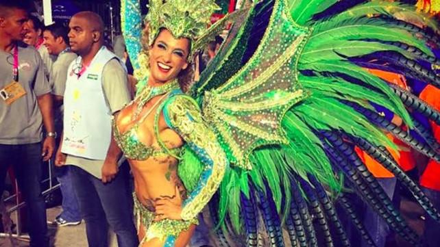 Primera bailarina británica en encabezar una escuela de samba en el famoso Carnaval de Rio (video)