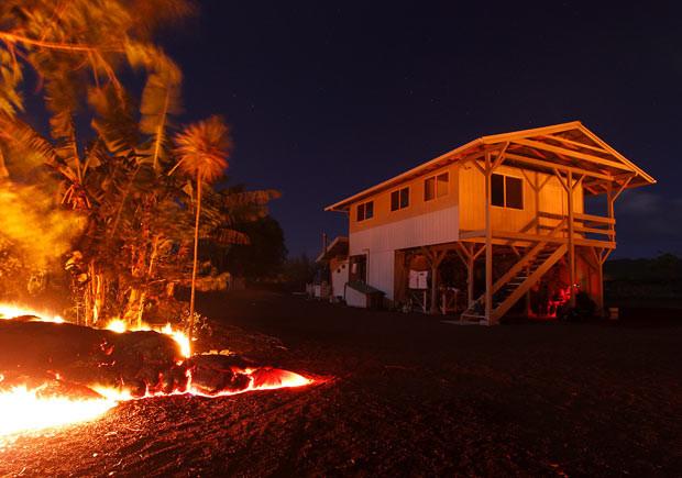 La lava del volcán Kilauea de Hawaii continúa su paso destructor devorándolo todo a su paso (video)
