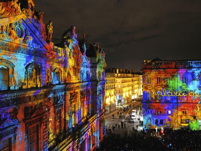 Explosión de colores en Festival de Luces de Navidad en Lyon, Francia