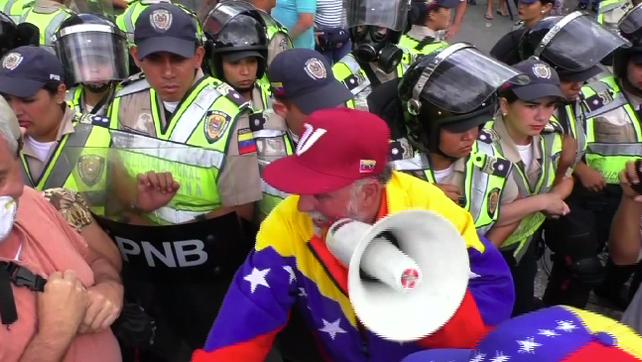 Policía venezolana reprime violentamente la marcha de los abuelos en Caracas  (video)