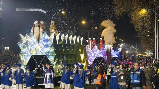 Gran Desfile de los 3 Reyes Magos deslumbra a grandes y chicos en Madrid (video)