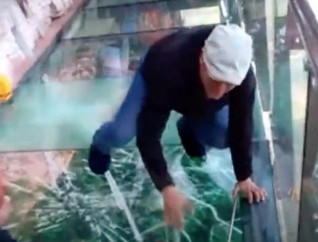 El paseo más aterrador del mundo: El Punte de Cristal de Hebei en China, se cuartea a su paso (video