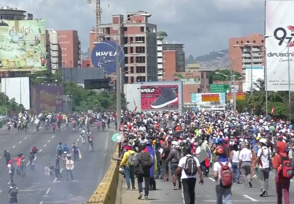 La oposición marcha a la Defensoría del Pueblo en honor  a los caídos y se repite la represión (vide