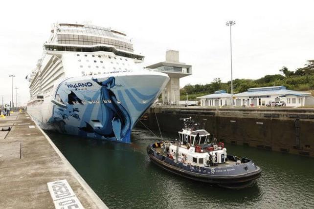 El Norgewian Bliss, el mayor crucero del mundo, realiza histórica travesía por el Canal de Panamá (v