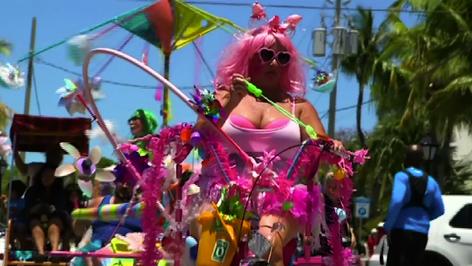 Desfile de las Esculturas Mobiles de Stanley Papio, en Cayo Hueso, Tradición, humor y reciclaje (vid