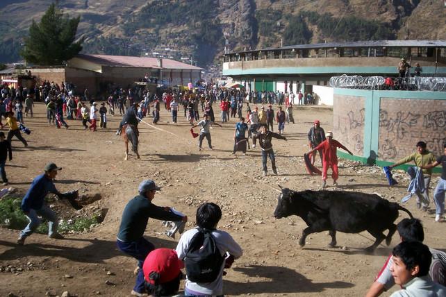 """Hasta ahora más de una docena de personas heridas durante festejos del festival """"Toro Chutay&qu"""