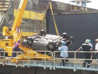 Reabren Canal de Panamá. Auto cae por chofer dormido