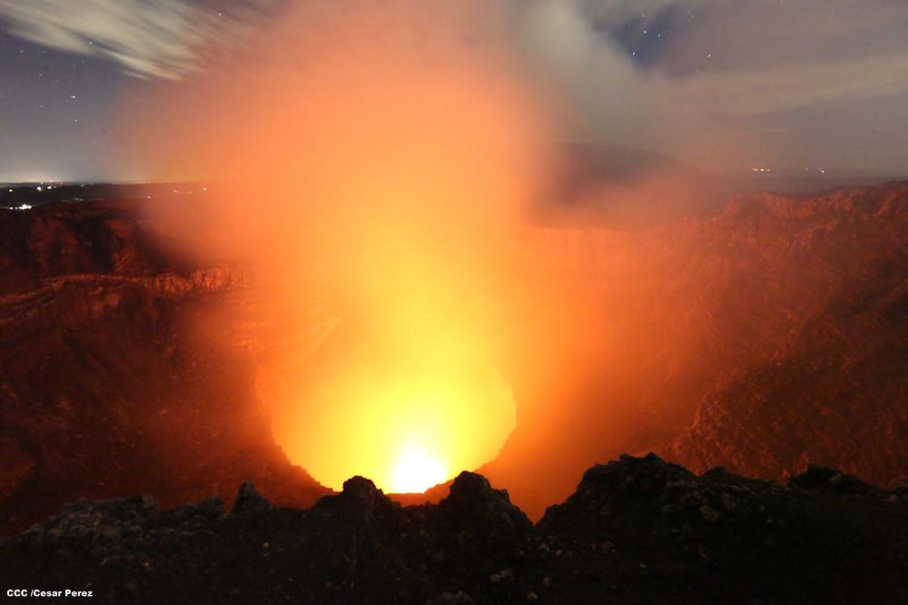 Laguna de lava incandecente del Volcán Masaya