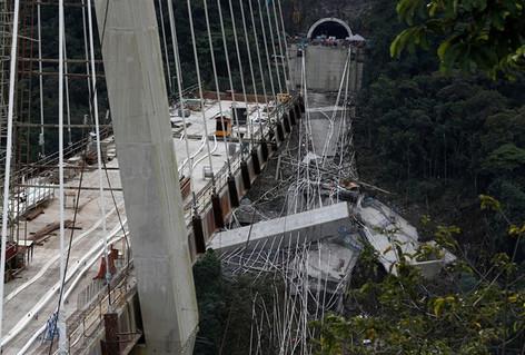 Nueve muertos por derrumbe de puente colgante en construcción en Colombia (video)
