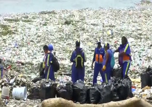 Toneladas de basura llegan diariamente a playas de Santo Domingo afectando el turismo de la isla (vi