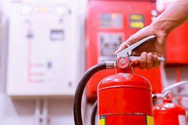 feche-acima-do-extintor-de-incendio-e-do