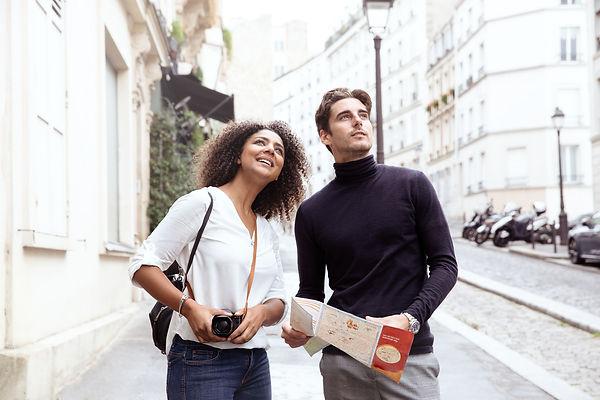 Couple explore les rues de Paris lifestyle advertising