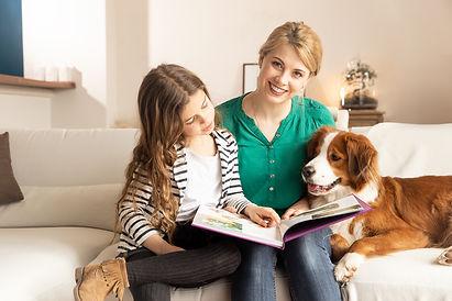 chien avec sa famille photographe lifestyle paris