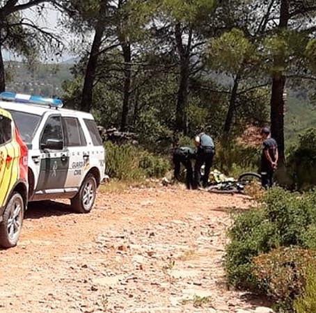 Un ciclista de montaña se encuentra a otro ciclista muerto subiendo al Pico del Águila, en Segorbe