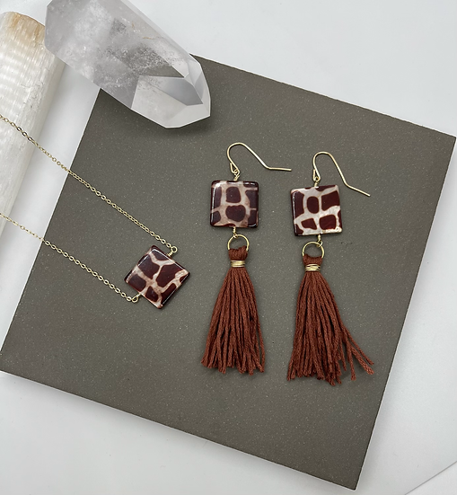 Shell necklace and earrings with tassel