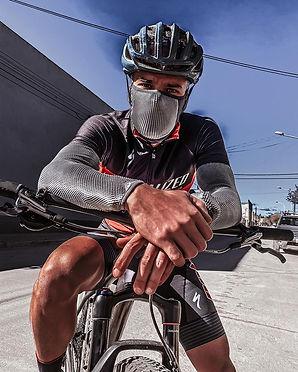 Atleta haciendo ciclismo con una mascarilla deportiva de naroo mask-catosarry