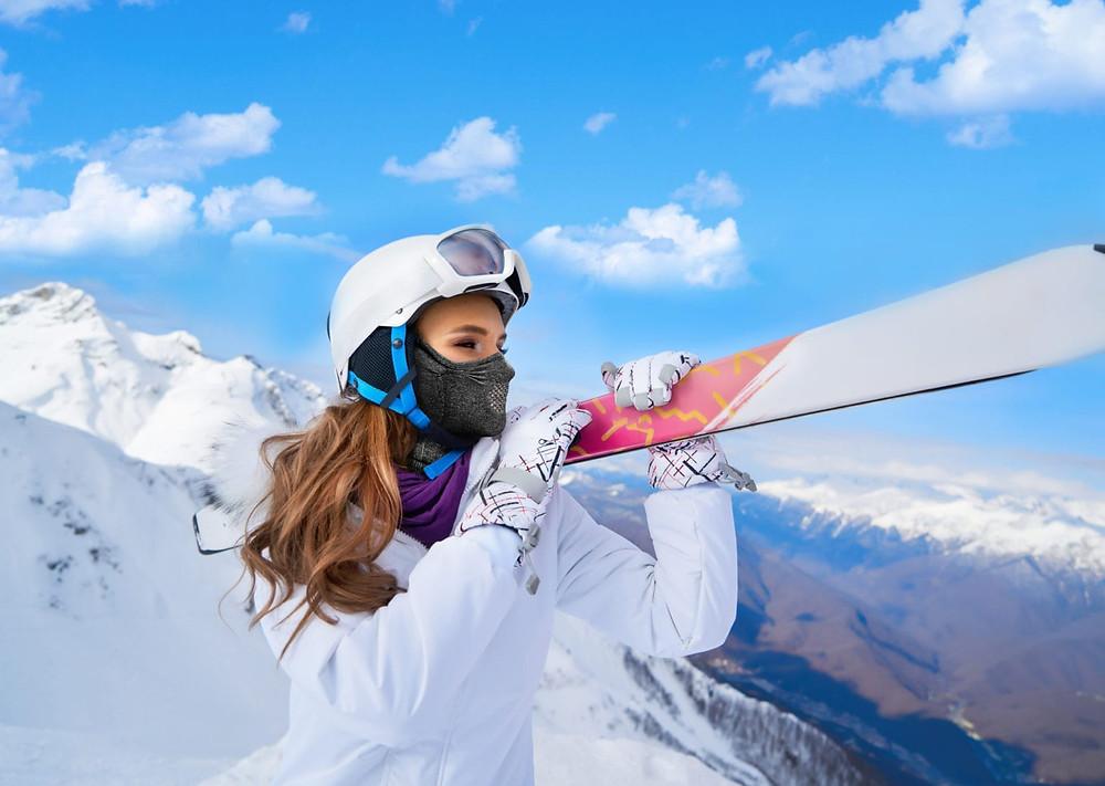 Modelo de tapabocas deportivo para realizar deportes de invierno, snowboard y esqui en la Patagonia