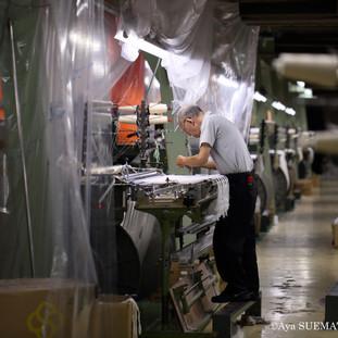 織物工場 経糸繋ぎ2