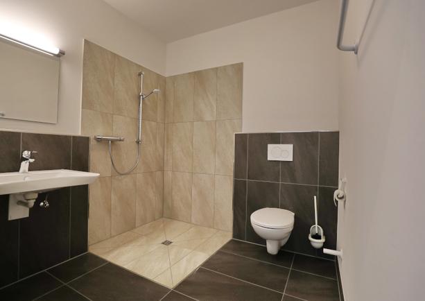 Bad und WC Apartment groß