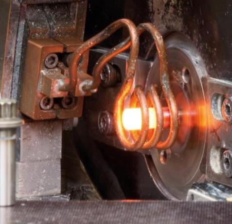 Forgeage à chaud fixations visserie têtes de fixations process CNC chauffe par induction