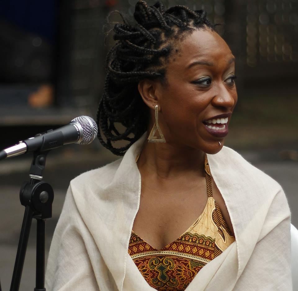 Aline Lourena: é atriz, cineasta, pesquisadora, diretora executiva e fundadora da TheLírios, É mestre em Comunicação e Cultura (PPGCOM-UFRJ), graduada em Audiovisual pela UFRJ, e formada em roteiro cinematográfico pela Escola de Cinema Darcy Ribeiro. Responsável pela coletivo #Az_Pretaz - Mulheres Negras e Indígenas da Comunicação e da Tecnologia e apresentadora do programa de rádio, Na Onda das Pretas (Rádio MEC/EBC).