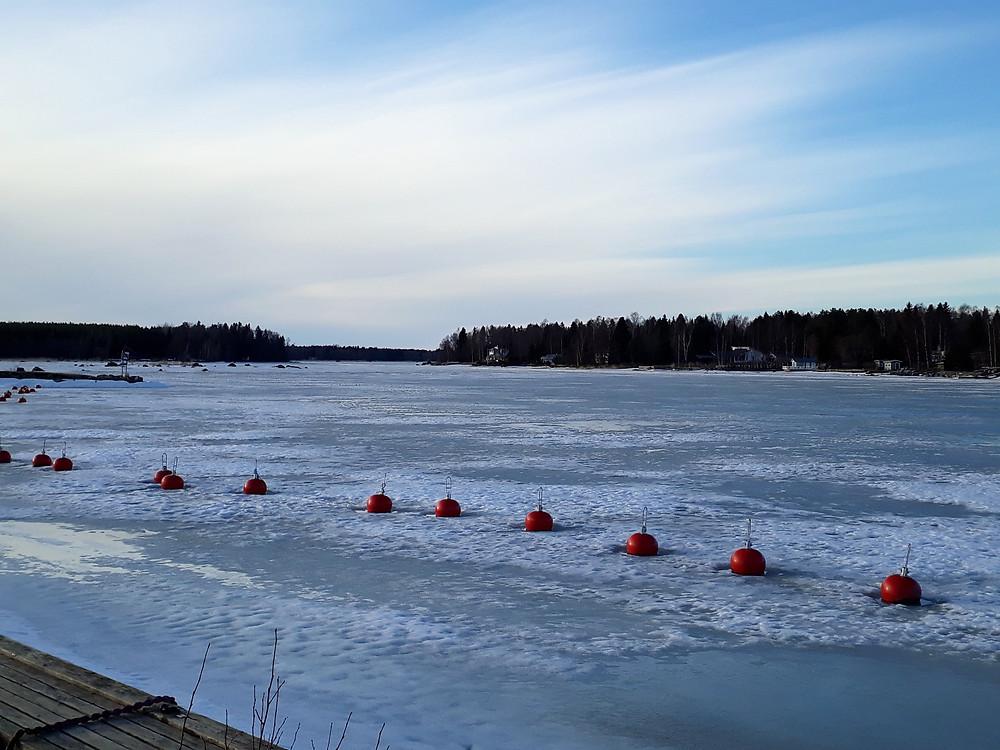 Isen ligger tjock i hamnen