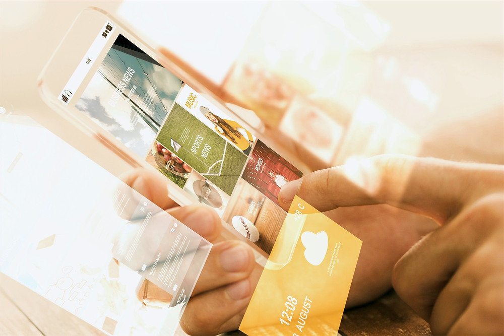 Digitalisering hender som trykker på smarttelefon