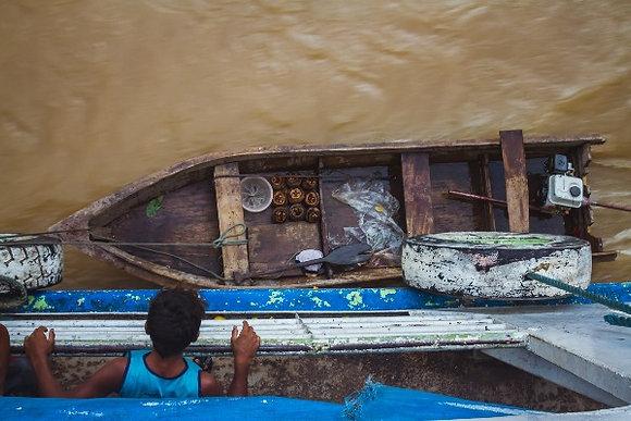 Menino observando o Rio Amazonas