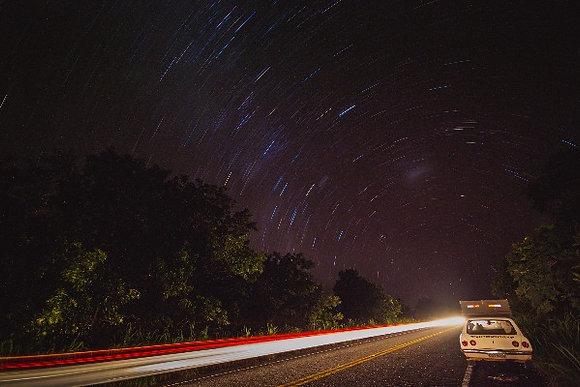 Caravan à noite na estrada