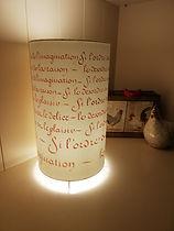 abat-jour_à_poser-_calligraphié_en_rouge