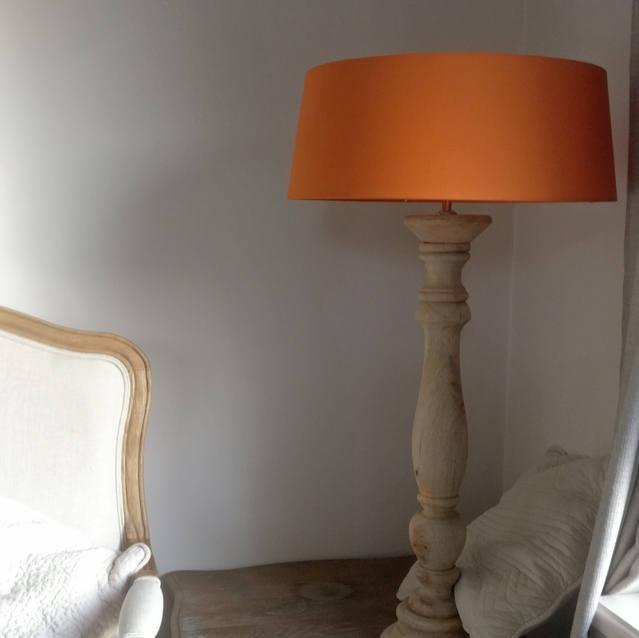 Pied de luminaire en bois
