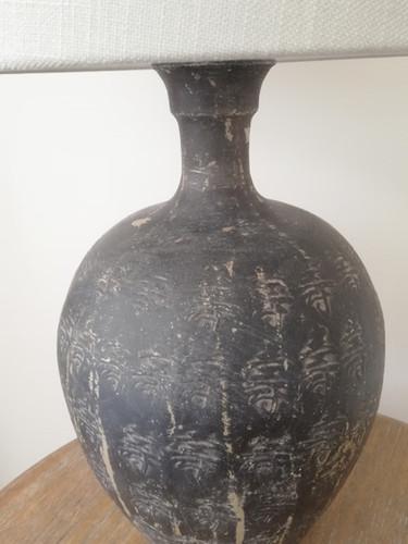 détail de la lampe en terre cuite