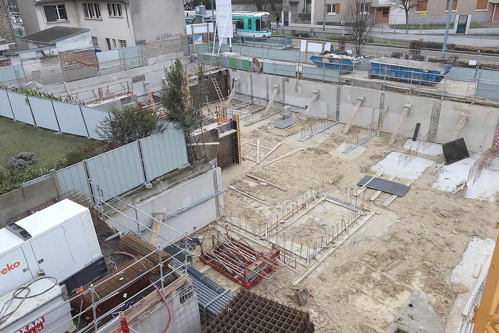 Les fondations étant achevées, les voiles et poteaux du sous sol sont en cours de coffrage