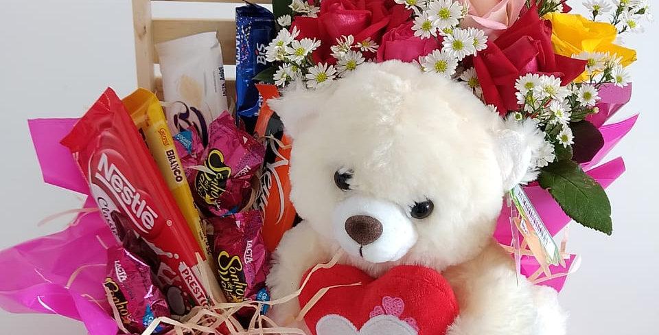 Pelucia, flores e chocolates