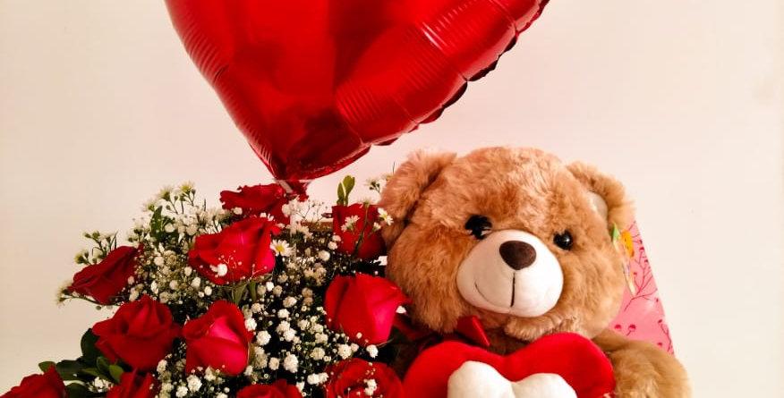 Caixa de madeira com amor com urso com coração amor e balão coração grande