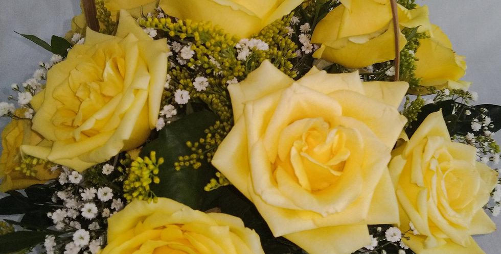 Cesta com 12  rosas amarelas