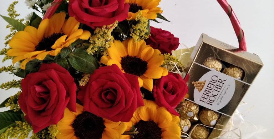 Cesta de flores coloridas  sortidas