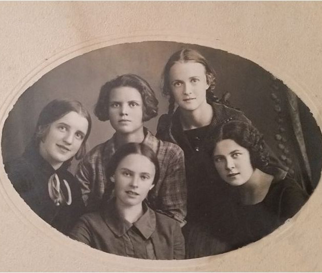 Валентина Сутеева крайняя слева