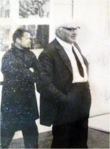 А. Улымов на выставке. На переднем плане известный график Евгений Адольфович Кибрик