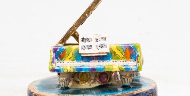 Piano statue