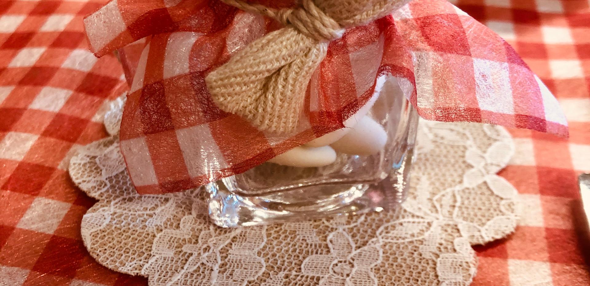 Pot en verre et ruban forme noeud en jute.JPG