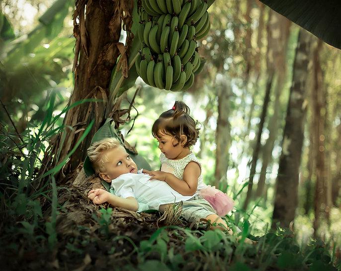 menino e menina debaixo da bananeira