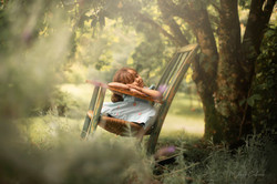 Menina dorme na cadeira de balanço