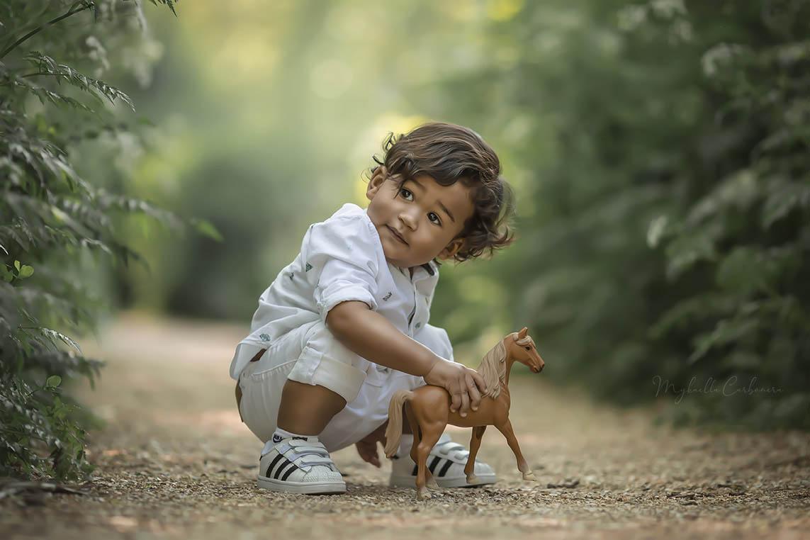 criança_pequena_brincando_com_cavalo_de_