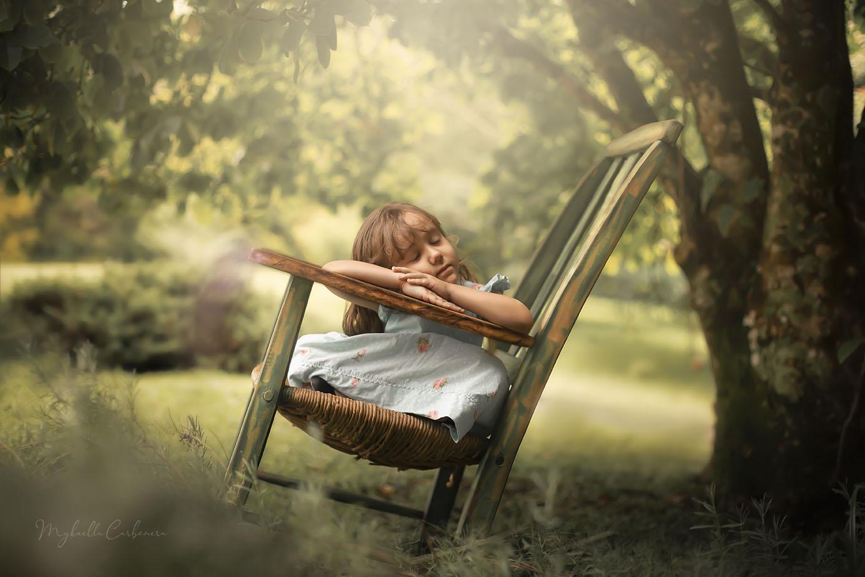 Ana Clara na cadeira de balanço