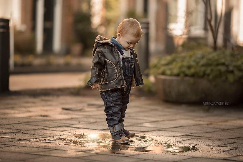 menino brincando com poça d´água.jpg