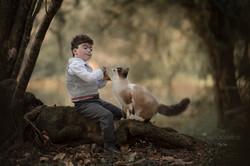 Menino brincando com gato