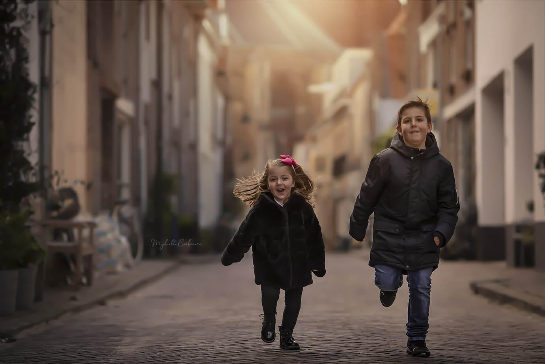 crianças_correndo_no_meio_da_rua_ph