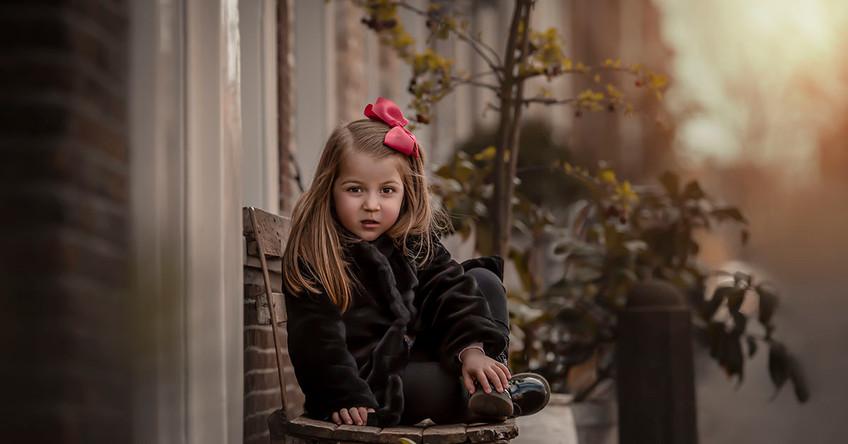Lara sentada no banco em Delft Holanda